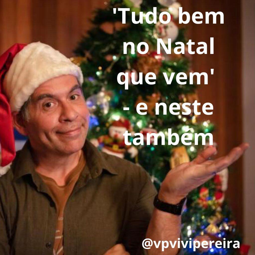 Ator Leandro Hassum com chapéu de Papai Noel na frente da árvore de Natal em pôster do filme da Netflix Tudo bem no Natal que vem. Sobreposta, frase do título da resenha: Tudo bem no Natal que vem - e neste também